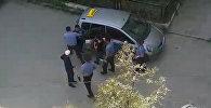 Бишкектеги №1 милиция бөлүмүнүн кызматкерлери таксистти кордоду. Видео