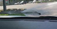 Бишкектин чок ортосунда суу кууру жарылды. Видео