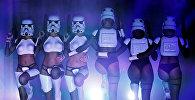Девушки одетые как имперские штурмовики из Звездных войн исполняют танец во время шоу The Empire Strips Back в Лос-Анджелесе (США)