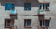 Балкон многоэтажного жилого дома. Архивное фото