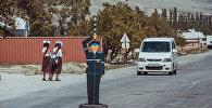 Картонный сотрудника ГАИ на трассе Бишкек — Ош