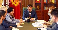 Премьер-министр Мухаммедкалый Абылгазиев во время совещания по вопросу похищения женщин для вступления в брак вопреки их воле