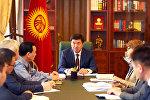Премьер-министр Мухаммедкалый Абылгазиев милициянын бөлүмүндө бычакталган кыздын окуясына көңүлүн бурду