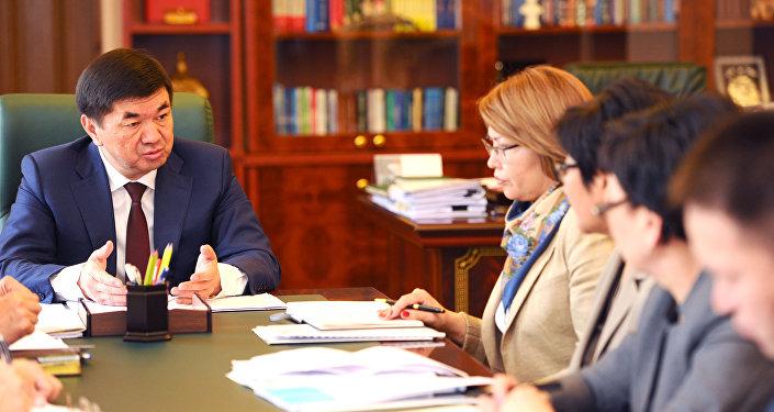 Премьер-министр Мухаммедкалый Абылгазиев в понедельник, 4 июня, отреагировал на убийство девушки в здании РОВД, произошедшее 27 мая