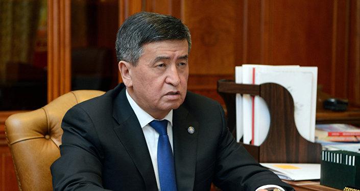 Президент Кыргызстана Сооронбай Жээнбеков на встрече с премьер-министром Мухаммедкалыем Абылгазиевым