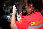 Врач скорой медицинской помощи во время вакцинации. Архивное фото