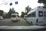 Борзые, что ли! Сразу три маршрутки проехали на красный в Бишкеке. Видео