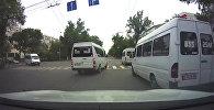 Катары менен шуулдап кызыл жарыктан өткөн маршруткалар. Видео