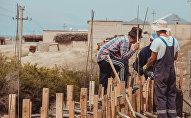 Жители во время строительства забора. Архивное фото