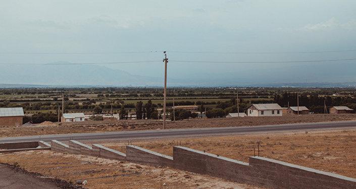 Центральная трасса в селе Максат Лейлекского района Баткенской области. Архивное фото