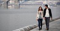 Молодые люди гуляют по набережной. Архивное фото