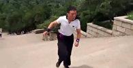 Китаец за 5 секунд спускается с 52 ступеней. Причем задом наперед. Видео