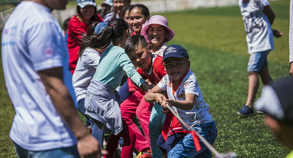 Дети играют в Аркан тартыш. Архивное фото