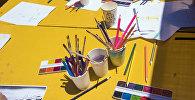 Кисточки и карандаши для рисования на столе. Архивное фото