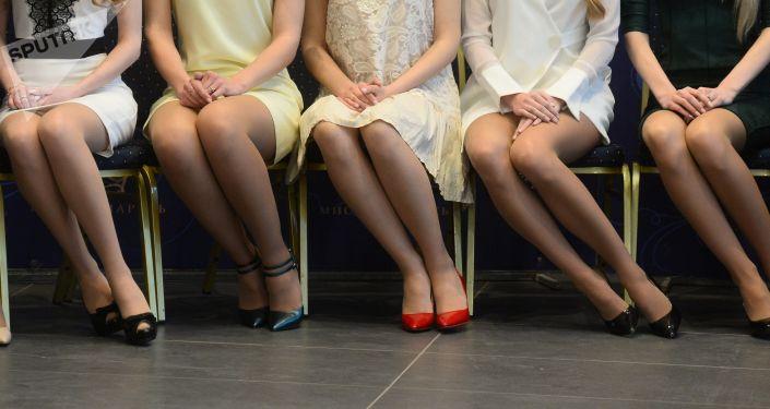 Девушки сидят на стульях. Архивное фото