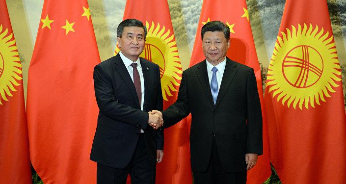 Президент Сооронбай Жээнбеков жана Кытайдын лидери Си Цзиньпин. Архивдик сүрөт