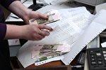 Сотрудница почтового отделения во время выдачи пенсии. Архивное фото