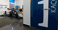 Менеджеры банка работают с клиентами в одном из залов офиса. Архивное фото