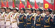 Красивые девушки в форме и пушки — как Си Цзиньпин встретил Жээнбекова в Китае