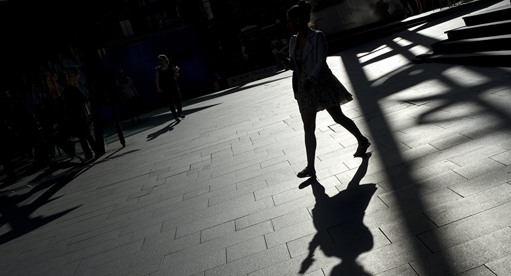 Силуэт девушки идущей по улице города. Архивное фото