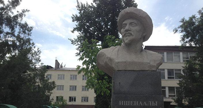 Залкар кыргыз илимпоз-агартуучусу, коомдук ишмери Ишеналы Арабаевдин эстелиги
