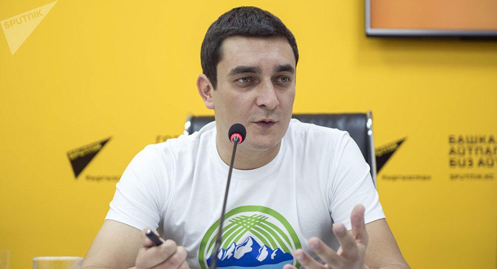 Директор ОФ Жашыл билик Андреев Дмитрий на пресс-конференции Кыргызстан утопает в отходах. Активисты призывают помочь с уборкой мусора