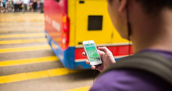 Подросток с телефоном в руке переходит дорогу. Архивное фото