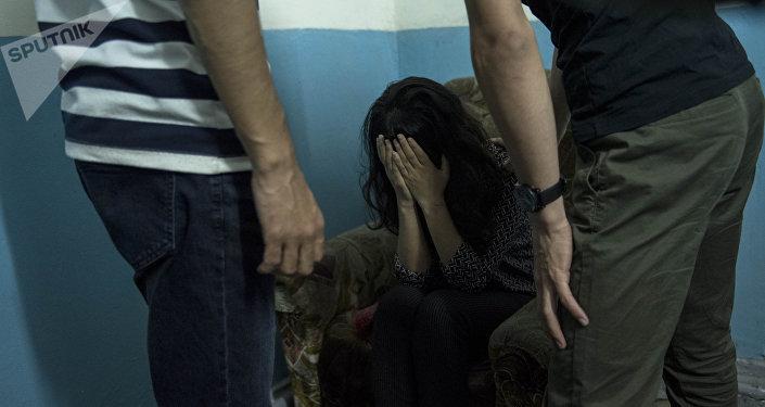 Девушка сопротивляется мужчинам, пытающимся ее украсть. Иллюстративное фото
