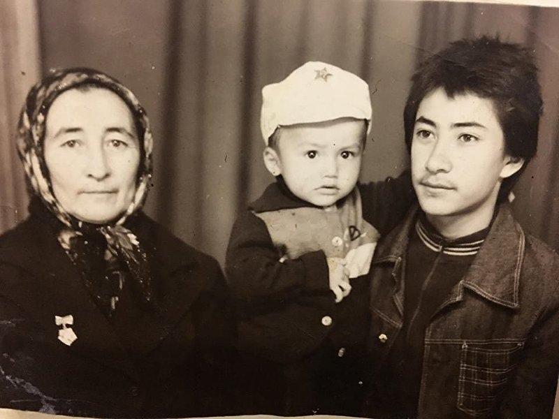 Генеральный директор КТРК Илим Карыпбеков с бабушкой в юности
