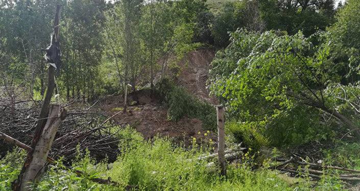 Мындан сырткары, аталган аймактын 25 метр жогору жагынан жарака пайда болгон
