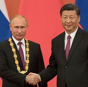 Председатель КНР Си Цзиньпин вручил президенту РФ Владимиру Путину орден Дружбы КНР