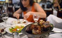 Женщина обедает ресторане. Архивное фото