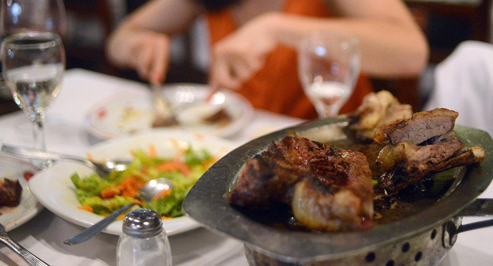 Женщина ужинает в ресторане. Архивное фото