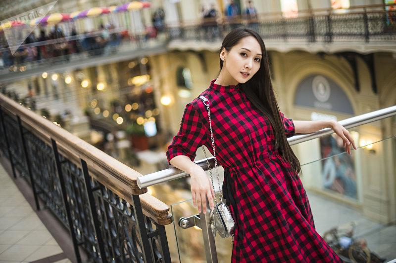 Кыргызстанская актриса и модель Мээрим Атантаева в одном из торговых центров Москвы