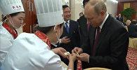 СПУТНИК_Путин приготовил китайские «блины» и «пельмени»