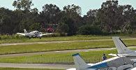 Самолет и вертолет упали на землю, столкнувшись в полете — видео из США