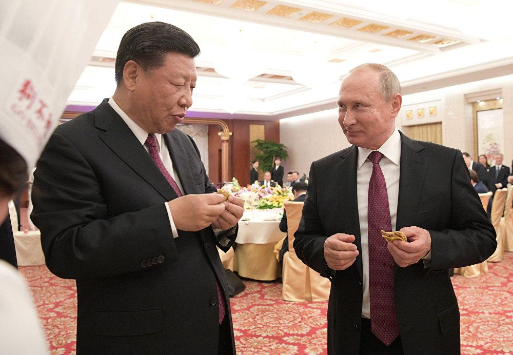 Владимир Путин менен Кытай төрагасы Си Цзиньпин Тяньцзинь шаарында улуттук тамак болгон гоубули түйүп көрүштү. РФ президенти дагы башка тамак-аштардан даамдап көрдү