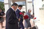 Премьер-министр Абылгазиев возложил цветы к могиле Айтматова — видео