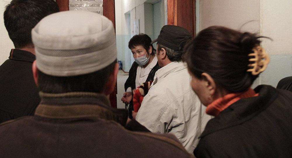 Родственники беседуют с врачом в больнице. Архивное фото
