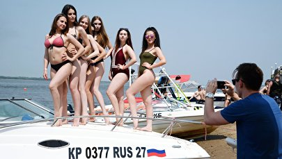 Девушки в пляже. Архивное фото