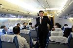 Архивное фото президента Кыргызской Республики Сооронбая Жээнбекова на борту самолета