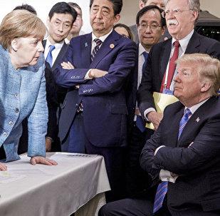 На этом снимке, предоставленном федеральным правительством Германии, канцлер Германии Ангела Меркель с президентом США Дональдом Трампом во время саммита лидеров G7 в Ла-Мальби в Квебеке. Канада, 9 июня 2018 года