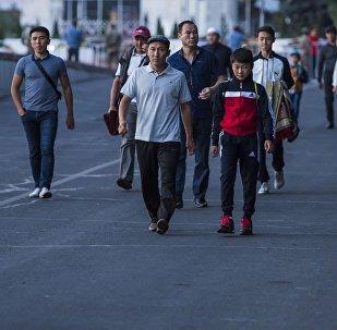 Мусульмане идут на старую площадь Бишкека для праздничного айт-намаза. Архивное фото