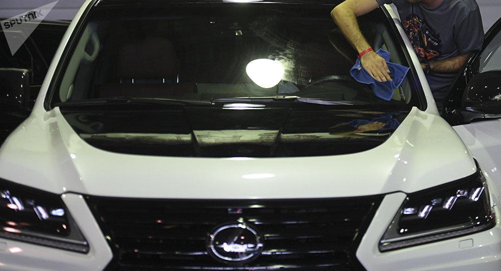 Сотрудник автосалона полирует Lexus LX 570. Архивное фото