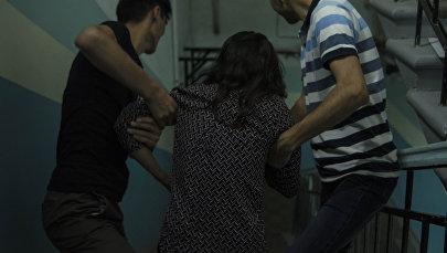 Группа молодых ребят насильно уводит девушку с собой. Иллюстративное фото