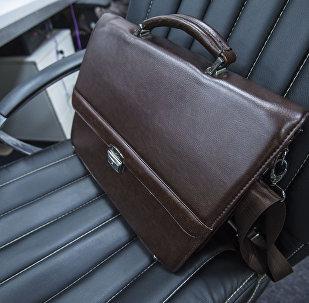 Кожаный портфель на кресле. Архивное фото