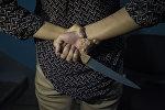 Девушка с ножом в руке. Иллюстративное фото