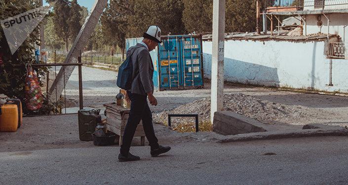 Школьник гуляет по улице. Архивное фото