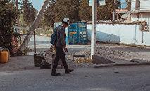 Школьник идет по улице. Архивное фото