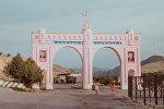 Баткен облусунун Лейлек районунун кире беришиндеги арка. Архив